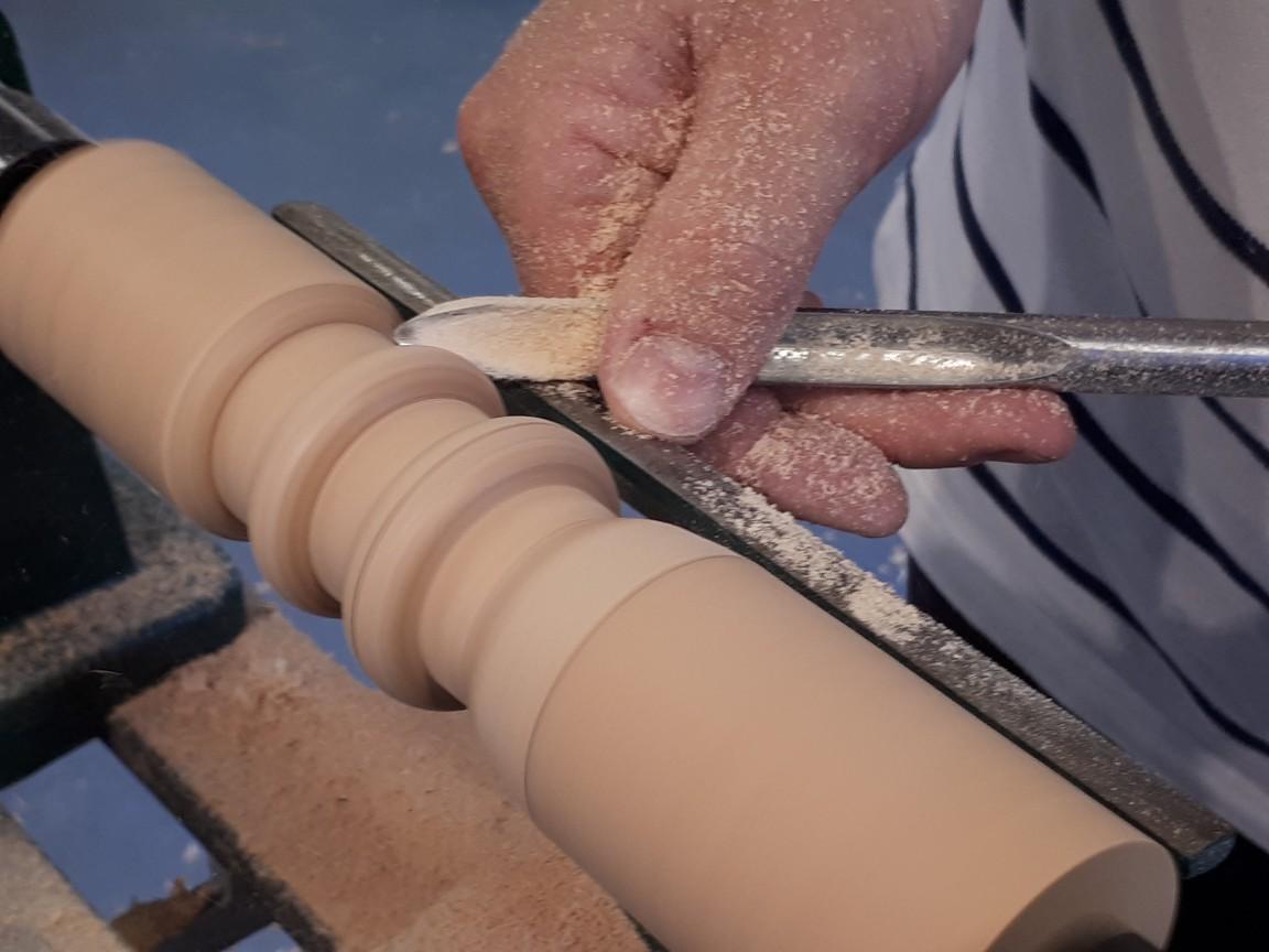 een guts in actie tijdens een dagworkshop houtdraaien bij Peter Peer