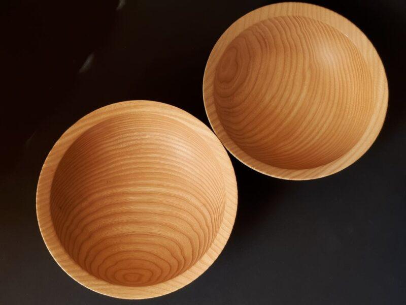 Twee blauwe houten eetkommen essenhout